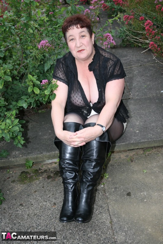 Kinky Milf opens her stocking clad legs in the garden and exposes herself